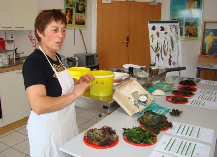 Scarlette Le Corre lors d'un atelier des algues au Guilvinec