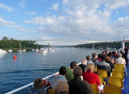 Vue depuis le bateau sur le pont entre Combrit et Bénodet